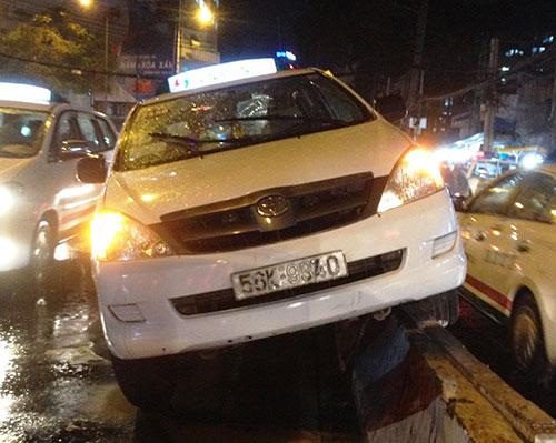 Tránh xe máy, taxi leo lên trên dải phân cách trong mưa - Ảnh 2