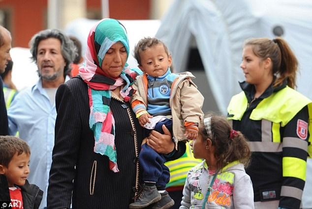 Nhóc tỳ người Đức chia sẻ kẹo với bé gái tị nạn gây xúc động - Ảnh 2