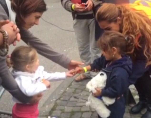 Nhóc tỳ người Đức chia sẻ kẹo với bé gái tị nạn gây xúc động - Ảnh 1
