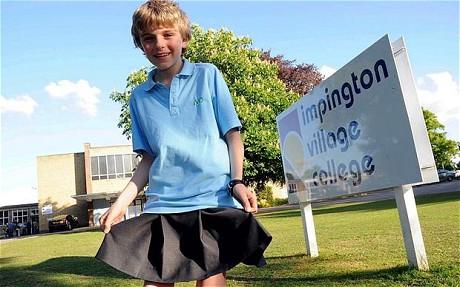 Nam sinh mặc váy đi học để phản đối lệnh cấm quần sooc - Ảnh 1