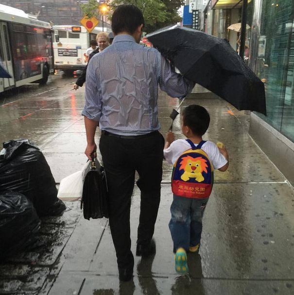 Bức ảnh bố chịu mưa nhường cả ô cho con khiến hàng ngàn trái tim tan chảy - Ảnh 2