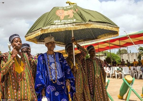 """Cuộc sống vương giả của """"vị vua siêu nhân"""" ở Châu Phi - Ảnh 7"""
