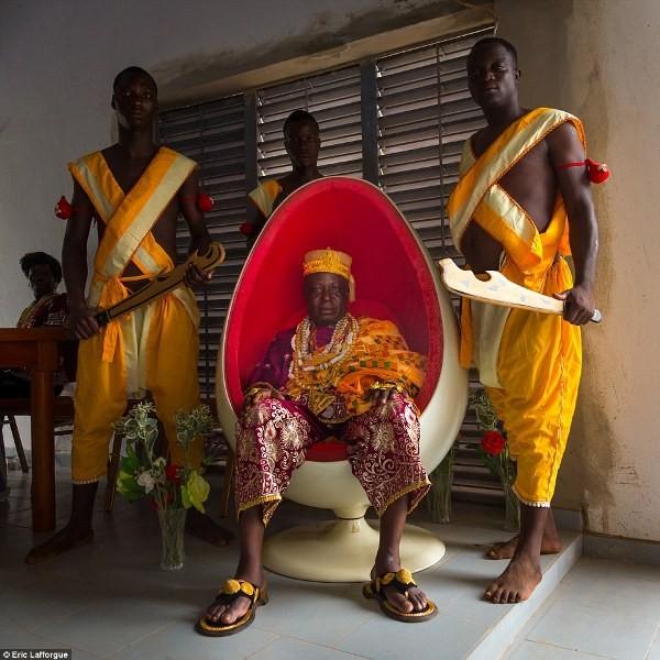 """Cuộc sống vương giả của """"vị vua siêu nhân"""" ở Châu Phi - Ảnh 8"""