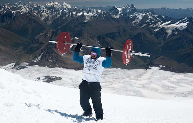 Vận động viên vừa gánh tạ vừa chinh phục đỉnh núi gần 6000 m - Ảnh 1