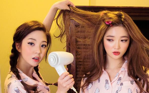 Thói quen thường gặp khiến mái tóc luôn lấm tấm gàu - Ảnh 1