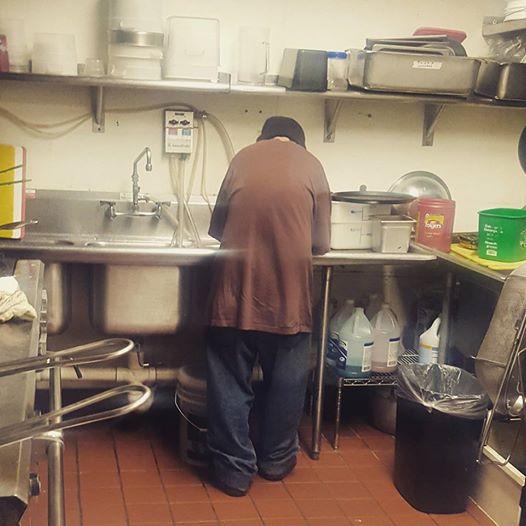Cái kết bất ngờ cho người đàn ông vô gia cư vào quán cà phê xin tiền - Ảnh 1