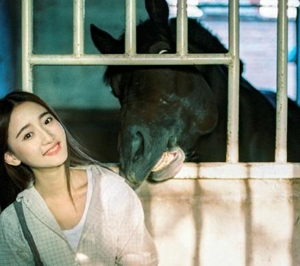 """Hotgirl chăn ngựa đẹp tựa """"thiên thần"""" gây sốt mạng - Ảnh 1"""