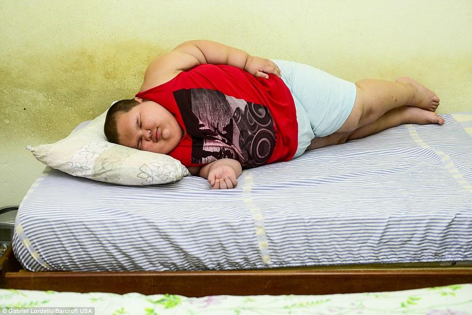 Bé trai 5 tuổi nặng 80kg có thể thiệt mạng vì quá béo - Ảnh 4