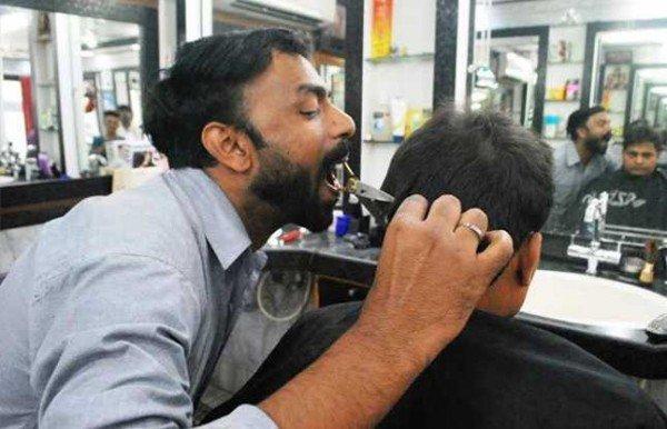 Chứng kiến người đàn ông cắt tóc… bằng miệng - Ảnh 2