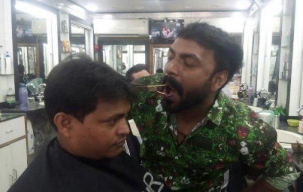 Chứng kiến người đàn ông cắt tóc… bằng miệng - Ảnh 1