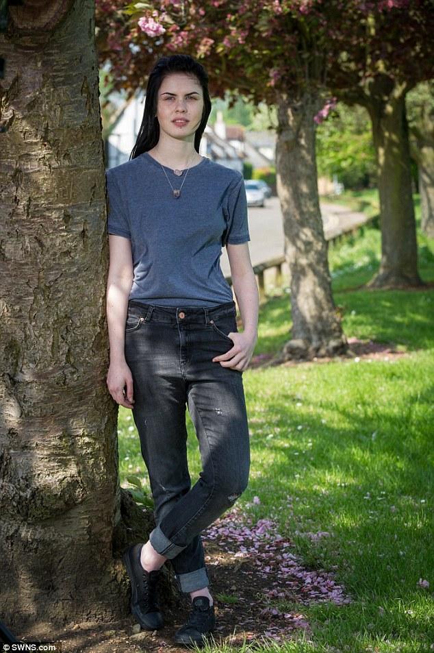 Cô gái cắt bỏ ngực để được sống với giới tính trung lập - Ảnh 1