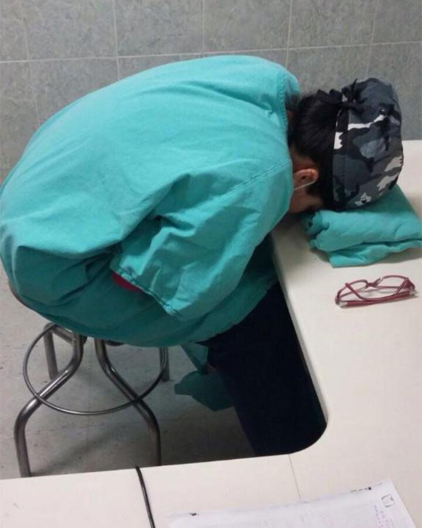 """Chùm ảnh bác sĩ ngủ gật trong ca trực gây """"sốt"""" mạng - Ảnh 3"""