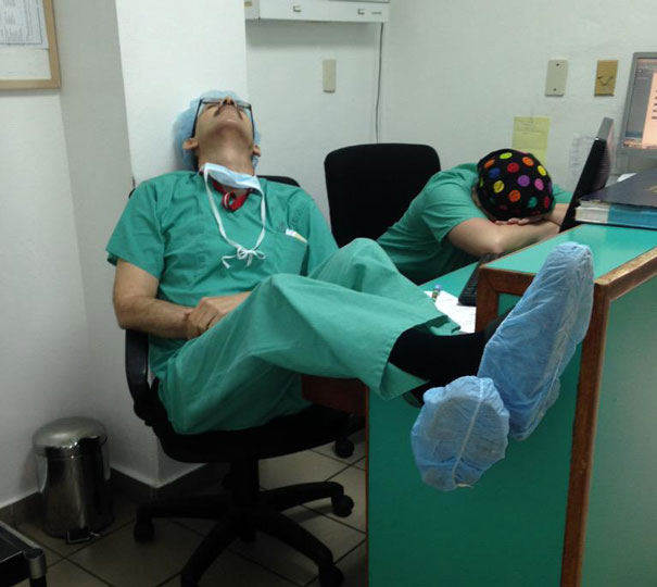 """Chùm ảnh bác sĩ ngủ gật trong ca trực gây """"sốt"""" mạng - Ảnh 6"""