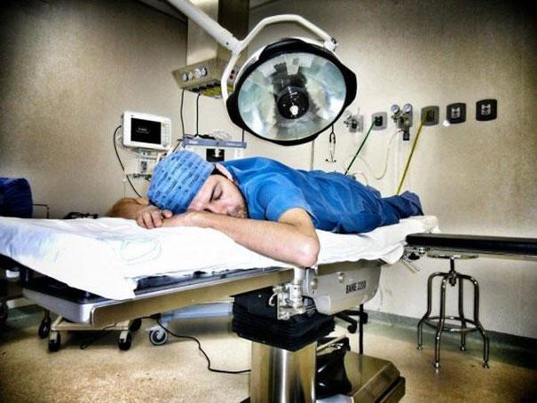 """Chùm ảnh bác sĩ ngủ gật trong ca trực gây """"sốt"""" mạng - Ảnh 8"""