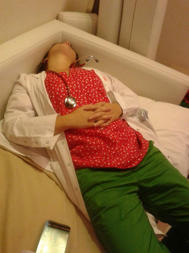 """Chùm ảnh bác sĩ ngủ gật trong ca trực gây """"sốt"""" mạng - Ảnh 9"""