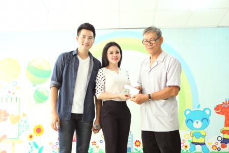Ca sĩ Nguyễn Phi Hùng và người đẹp Janny Thủy Trần hát cùng trẻ em khuyết tật - Ảnh 2