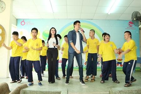 Ca sĩ Nguyễn Phi Hùng và người đẹp Janny Thủy Trần hát cùng trẻ em khuyết tật - Ảnh 3