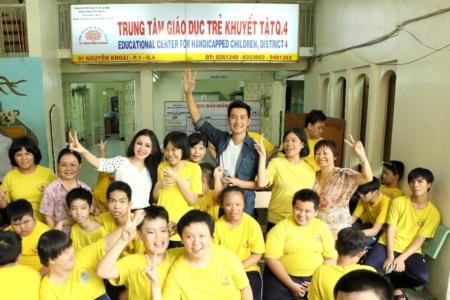 Ca sĩ Nguyễn Phi Hùng và người đẹp Janny Thủy Trần hát cùng trẻ em khuyết tật - Ảnh 4
