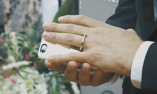 Người đàn ông kỳ lạ kết hôn với chiếc điện thoại - Ảnh 2