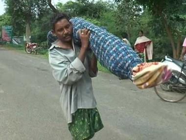 Người đàn ông vác cơ thể đã chết của vợ trên vai suốt 10km từ viện về nhà - Ảnh 1