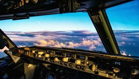 Nữ phi công gây 'sốt mạng' vì những bức ảnh tự sướng hài hước - Ảnh 9