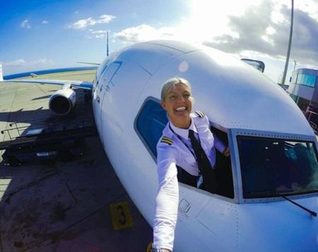 Nữ phi công gây 'sốt mạng' vì những bức ảnh tự sướng hài hước - Ảnh 4