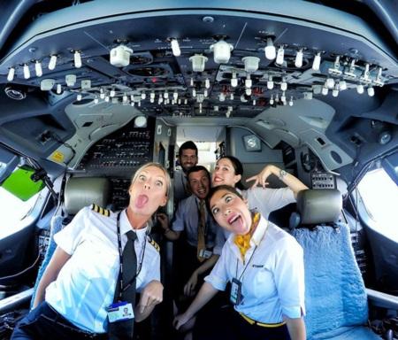 Nữ phi công gây 'sốt mạng' vì những bức ảnh tự sướng hài hước - Ảnh 5