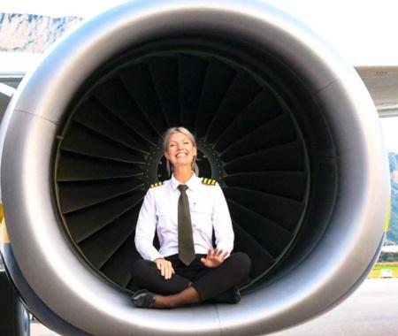 Nữ phi công gây 'sốt mạng' vì những bức ảnh tự sướng hài hước - Ảnh 7