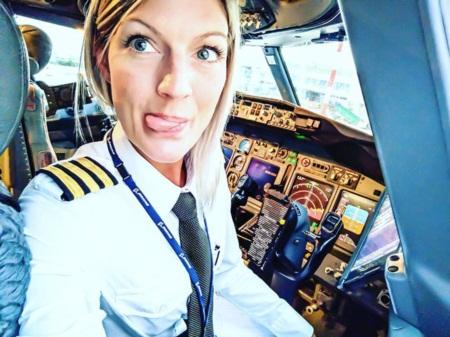 Nữ phi công gây 'sốt mạng' vì những bức ảnh tự sướng hài hước - Ảnh 1