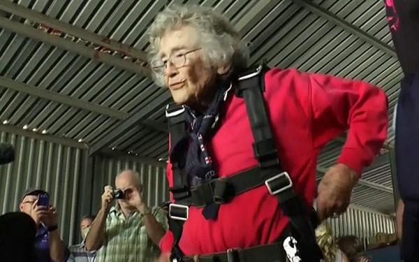 Cụ bà nhảy dù, bơi cùng cá mập nhân dịp sinh nhật 100 tuổi - Ảnh 1