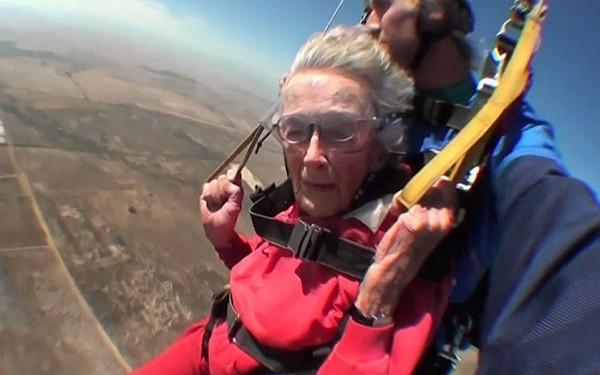 Cụ bà nhảy dù, bơi cùng cá mập nhân dịp sinh nhật 100 tuổi - Ảnh 2