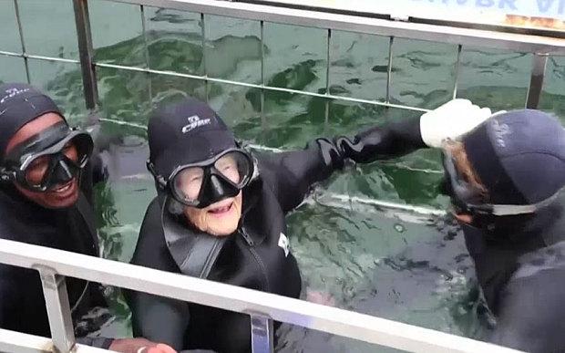 Cụ bà nhảy dù, bơi cùng cá mập nhân dịp sinh nhật 100 tuổi - Ảnh 3