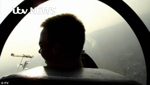Xuất hiện clip cơ phó máy bay Airbus A320 lái tàu lượn - Ảnh 1