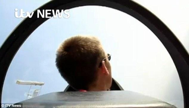 Xuất hiện clip cơ phó máy bay Airbus A320 lái tàu lượn - Ảnh 2