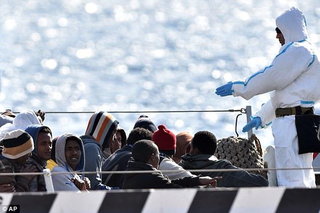 Chùm ảnh: Hiện trường vụ lật thuyền trên biển Địa Trung Hải - Ảnh 10