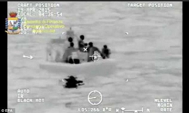 Chùm ảnh: Hiện trường vụ lật thuyền trên biển Địa Trung Hải - Ảnh 3