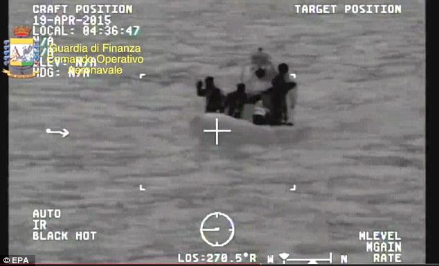 Chùm ảnh: Hiện trường vụ lật thuyền trên biển Địa Trung Hải - Ảnh 4