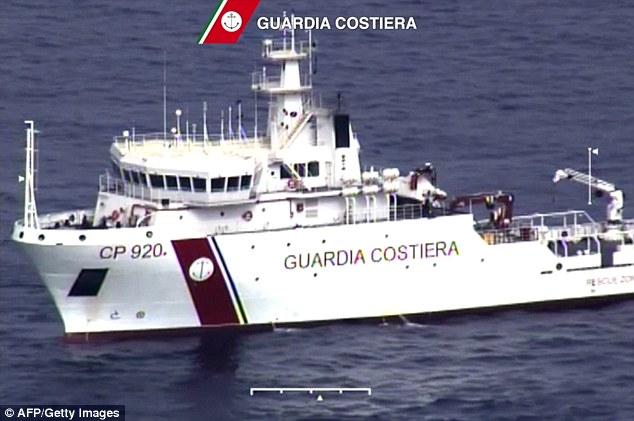 Chùm ảnh: Hiện trường vụ lật thuyền trên biển Địa Trung Hải - Ảnh 1