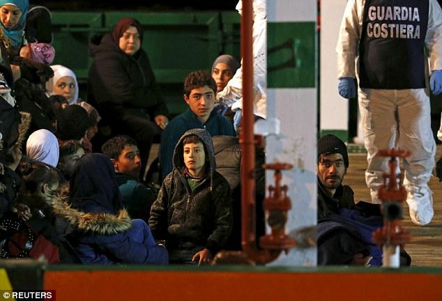 Chùm ảnh: Hiện trường vụ lật thuyền trên biển Địa Trung Hải - Ảnh 7