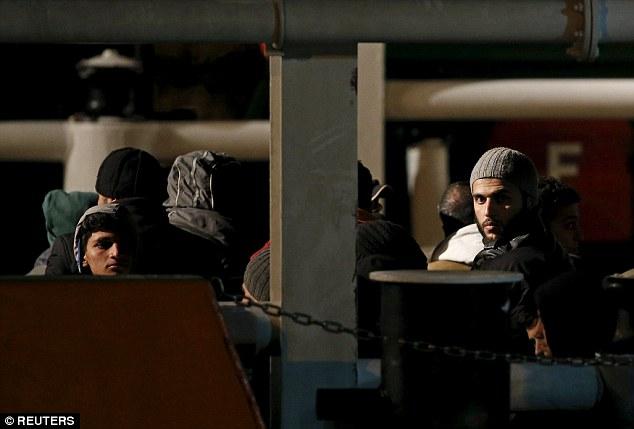 Chùm ảnh: Hiện trường vụ lật thuyền trên biển Địa Trung Hải - Ảnh 8