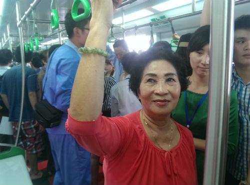 Chùm ảnh: Người dân trải nghiệm mẫu tàu đường sắt trên cao Cát Linh - Hà Đông - Ảnh 6
