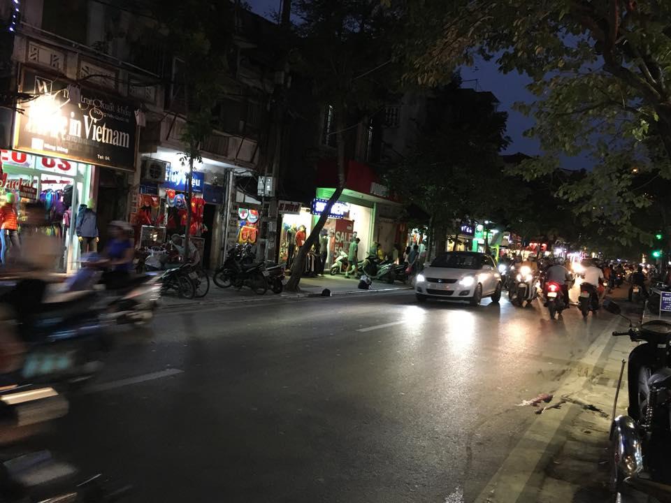 Hà Nội: Cô gái xinh đẹp chết bất ngờ khi ngồi sau xe máy - Ảnh 1