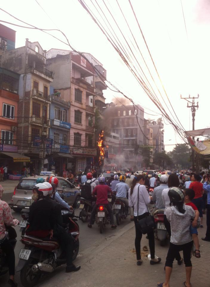 Cột điện bùng cháy, người dân hoảng loạn - Ảnh 1