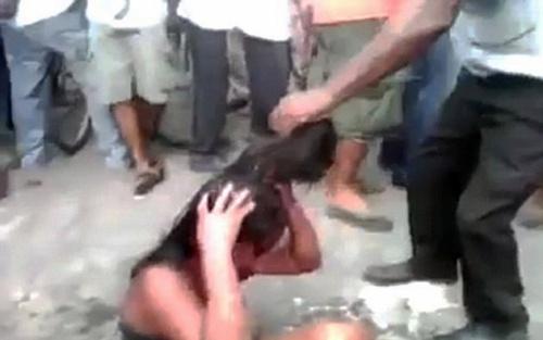 Phẫn nộ: Thiếu nữ bị hành hạ, thiêu sống trước sự chứng kiến của nhiều người - Ảnh 1