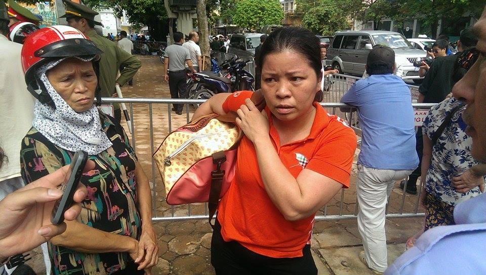 Sập nhà cổ tại Hà Nội: Dân hối hả chuyển dụng cụ thiết yếu ra nhà ở tạm  - Ảnh 1