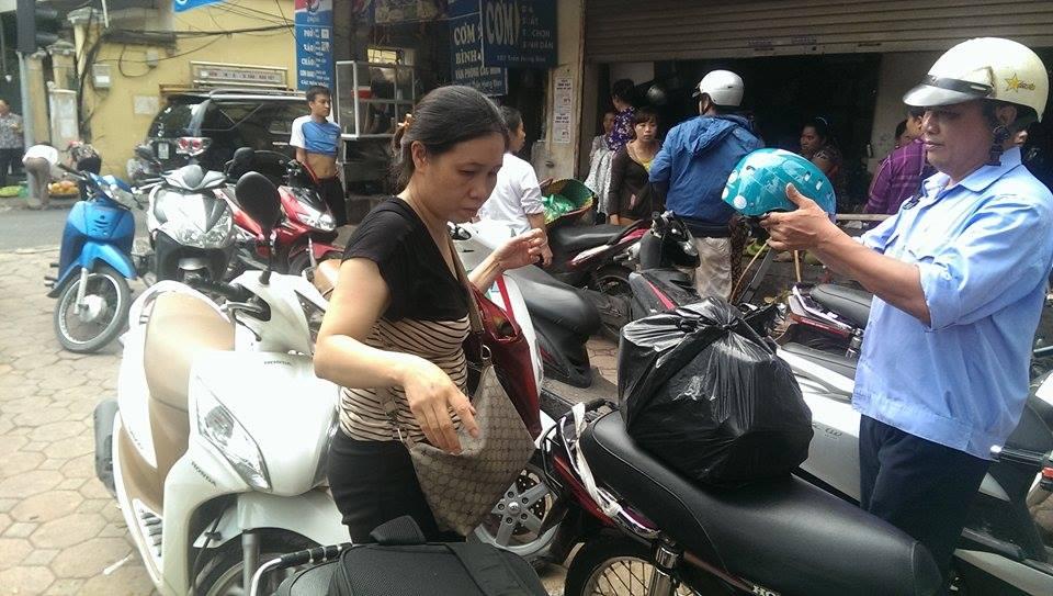 Sập nhà cổ tại Hà Nội: Dân hối hả chuyển dụng cụ thiết yếu ra nhà ở tạm  - Ảnh 5