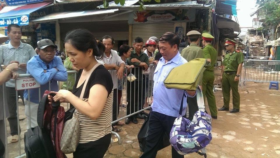 Sập nhà cổ tại Hà Nội: Dân hối hả chuyển dụng cụ thiết yếu ra nhà ở tạm  - Ảnh 2