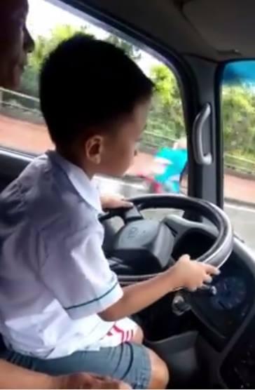 Giật mình bé trai 6 tuổi lái ô tô giữa đường đông đúc - Ảnh 1
