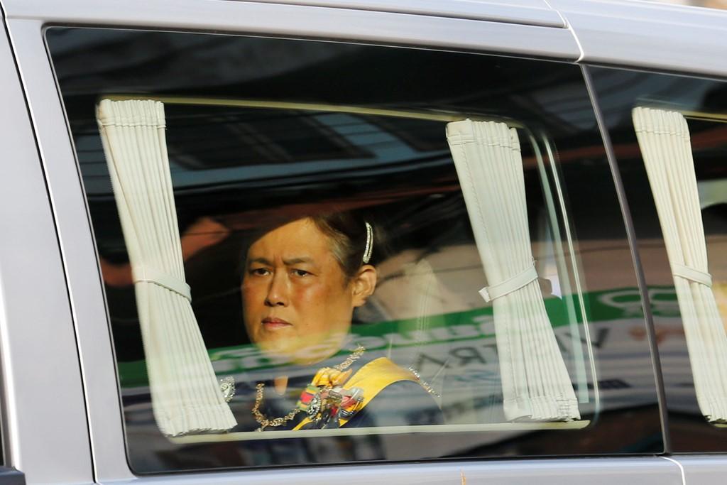 Đưa linh cữu quốc vương Thái Lan về tới Hoàng cung - Ảnh 3