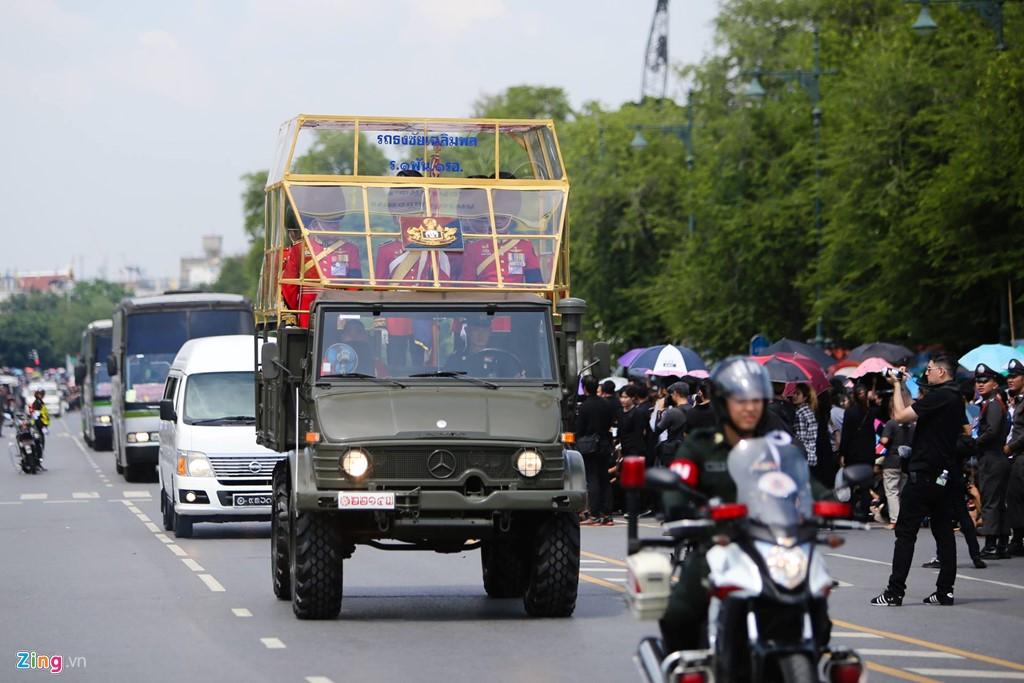 Đưa linh cữu quốc vương Thái Lan về tới Hoàng cung - Ảnh 1